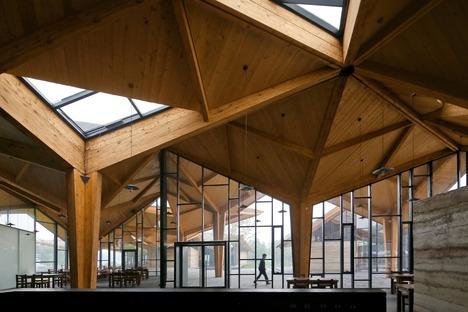 Forest Building aus Schichtholz, Erde und Beton von TAO