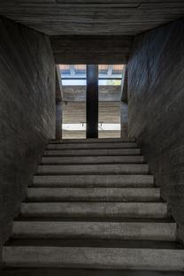 Restauriertes Haus, das von TAO Architects in eine Buchhandlung aus Beton und Stahl umgebaut wurde