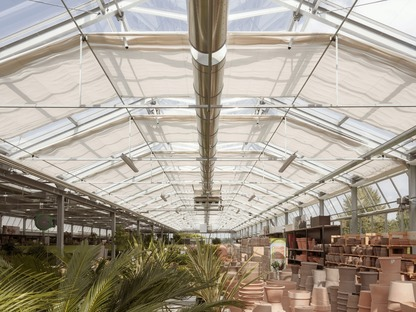 Eine Gärtnerei aus vorgefertigtem Beton von Studio Bressan