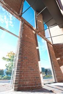 Konkave bewehrte Ziegel für eine Fassade