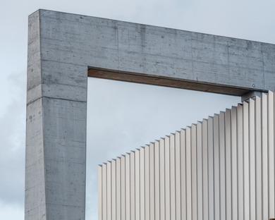 Brutalistischer Bahnhof aus Stahlbeton von COBE und Arup