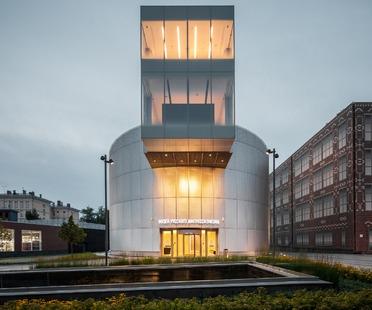 Das Mikro-Museum der russischen Impressionisten aus Beton und perforiertem Aluminium