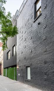 Ein zinkverkleidetes Gebäude von Young Projects in New York