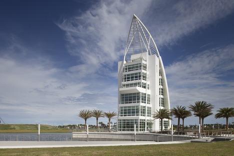 Ein Turm von GWWO mit irisierender Farbfassade in Port Canaveral