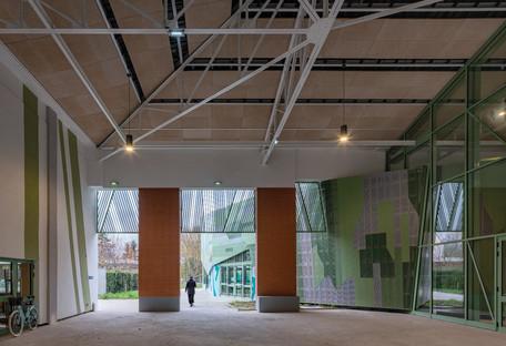 Renovierung und Erweiterung in Betonfertigteilen mit mikroperforierter Aluminiumfassade