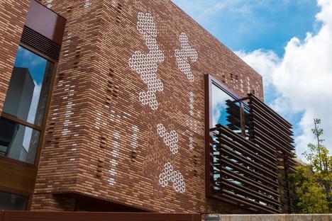 Ein Gebäude aus Ziegeln und Holz von EMBT für das Zentrum Kàlida