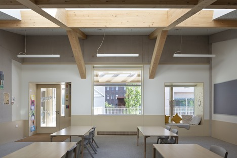 Wohnturm mit Schule in Ziegel, Beton und Holz