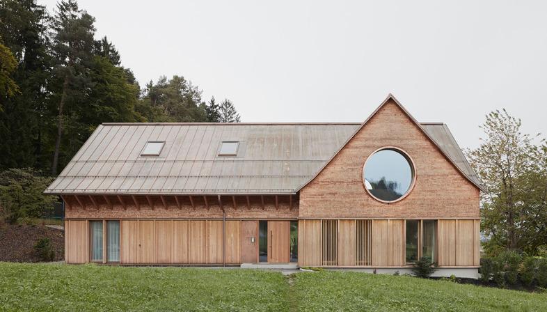 Haus aus Zement und Holz von Innauer Matt Architekten