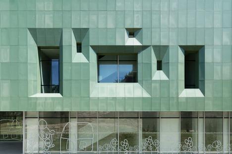 Mikroperforierte Aluminium-Doppelhautfassade für Casa Verde von LDA.iMDA