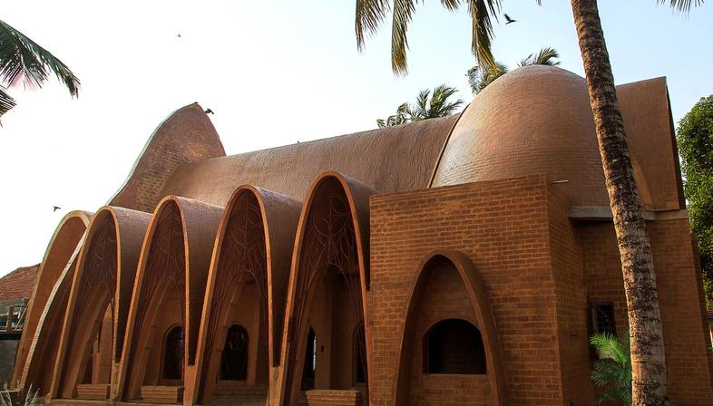 Kirche mit Kettenbögen aus Lehnziegeln von Wallmakers